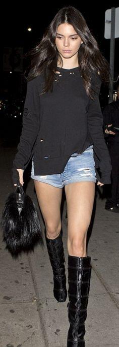 kendall jenner look short jeans black t-shirt Kendall Jenner Estilo, Kendall Jenner Outfits, Kendall And Kylie Jenner, Look Short Jeans, Look Con Short, Short Shorts, Only Shorts, Shorts Jeans, Denim Cutoffs