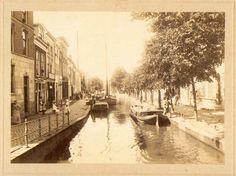 De turfhandel, vanouds te vinden aan de Turfmarkt, moest in 1566 i.v.m. ruimtegebreg verplaatst worden naar de Raam. Hier konden voortaan de turfschepen uit Moordrecht en Waddinxveen afmeren. De overslag van de turf op de grote schepen vond plaats bij de Veerstal.