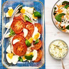 Saftiga, mättande och supergoda blir torskfiléerna med bakade tomater och kokta ägg. De fräscha tillbehören piffar upp med spännande kombinationer. Lätt som en plätt skapar du en helt ny smakupplevelse!