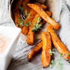 Soooo lecker! Süßkartoffel-Pommes sind eine grandiose Alternative zu normalen Kartoffel-Pommes. Der fein süßliche Geschmack passt toll zu Burgern, Steaks, Fisch und anderem Ofengemüse. Mit unseren Tipps bekommst du die Süßkartoffel-Pommes richtig knusprig.