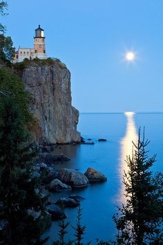 ***Blue Moon (Split Rock Lighthouse State Park, north shore of Lake Superior, Minnesota) by Sam Abair 🇺🇸 Places Around The World, Around The Worlds, Illinois, Split Rock Lighthouse, Lighthouse Pictures, Am Meer, North Shore, The Great Outdoors, State Parks