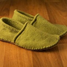 Bryony Brown- Instructables- Slippers from an old sweater These slippers look very cosy and comfy. I am very impressed with the stitching and quality of the slippers as I would never of guessed they were produced from an old sweater. Wooly Jumper, Old Sweater, Sewing Hacks, Sewing Tutorials, Sewing Patterns, Clothing Patterns, Sewing Ideas, Knitting Patterns, Fabric Crafts