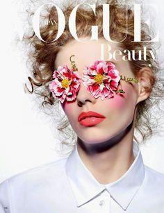 Joli rouge à lèvres orange-corail... #TheBeautyHours