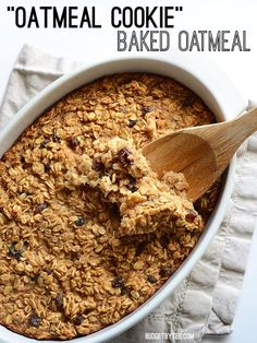 This freezable Oatmeal Cookie Baked Oatmeal tastes like an oatmeal cookie's older, more healthful sibling. Bake it on Sunday night and eat well all week. #oatmeal #breakfast #breakfastrecipes #easyrecipes #easybreakfast #brunch #brunchrecipes