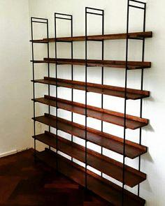 Maatwerk kast. Deze boekenkast maken we in verschillende afmetingen, soorten hout en verschillende kleuren.  Op www.wortelwoods.nl vindt u meer informatie en inspiratie.
