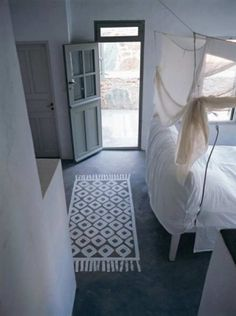 Let me take you to Serifos, one of the Cycladic islands where we'll enjoy the stunning Greek summer house of interior designer Paola Navone. Painted Rug, Painted Floors, Paola Navone, Best Carpet, Diy Carpet, Elle Decor, Decoration, Living Spaces, Sweet Home