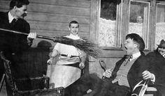 Писатель Максим Горький тычет метлой в оперного певца Федора Шаляпина, 1905