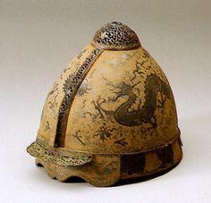 Шлем династии Юань, вероятно принадлежащий высокопоставленному чиновнику или генералу, участвующему в монгольском нашествии на Японию. Обратите внимание на дракона с
