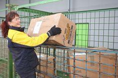 03 – Das ist die nette DHL-Fahrerin Frau Jung, die die SHUUZ Kartons hoch in den Norden nach Langen-Debstedt gefahren hat. Das ist eine kleine Ortschaft ganz in der Nähe von Bremerhaven. Frau Jung hievt sämtliche SHUUZ-Kartons aus dem Auto…