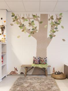 Interieur-idee voor inrichting kinderdagverblijf en peuterspeelzaal | Behangboom in natuurlijke inrichting  | Interieurinspiratie | Projectinrichting |