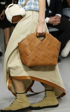 Loewe Spring 2018 Ready-to-Wear Fashion Show Details Fashion Show, Fashion Design, Fashion Trends, Leather Projects, Summer Bags, T Shirt And Jeans, Street Style Women, Bucket Bag, Women Accessories