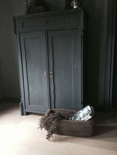 Brocante geschilderde kleerkast slaapkamer My Furniture, Upcycled Furniture, Painted Furniture, Furniture Design, Antique Cupboard, Antique Sideboard, Black Walls, Wabi Sabi, Beautiful Interiors
