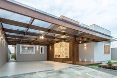 Navegue por fotos de Garagens e edículas modernas: Casa em Taquara/RS. Veja fotos com as melhores ideias e inspirações para criar uma casa perfeita.