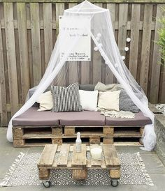 wood pallet patio couch (diy projects using pallets patio) Pallet Garden Furniture, Diy Outdoor Furniture, Couch Furniture, Reclaimed Wood Furniture, Furniture Ideas, Palette Furniture, Garden Pallet, Balcony Furniture, Furniture Showroom