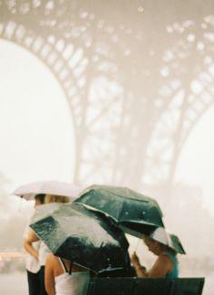 Sous des parapluies aux pieds de la Tour Eiffel