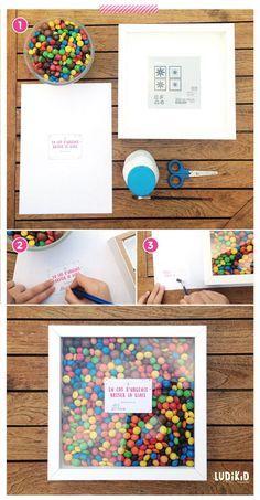 """remplissez un cadre volume de M&M's colorés, et accolez une étiquette qui fera rire la personne : """"En cas d'urgence, brisez la glace"""" !"""