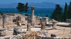 Empúries fou una antiga colònia grega i romana a l'extrem sud del golf de Roses, al nord-est del contemporani municipi de l'Escala. Costa Brava (Catalunya - Catalonia)