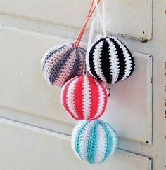 Brug bolden som legetøj, og læg evt. en bjælde i fyldet, eller gør som her, hvor de pynter i et væld af farver.