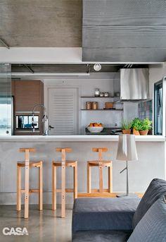 Tríplex tem espaços amplos, muita luz e área de lazer na cobertura - Casa Cláudia. A cozinha é aberta, mas tem a opção de ser fechada, com um vidro.