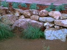How to Build a Dry-Stack Stone Retaining Wall - Large Boulder Retaining Walls Boulder Retaining Wall, Backyard Retaining Walls, Building A Retaining Wall, Garden Retaining Wall, Building Stone, Hillside Landscaping, Landscaping With Rocks, Backyard Landscaping, Landscaping Ideas