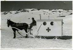 """Curiosa ambulancia para desplazarse por la nieve. Imagen obtenida de """"Arqueología de la medicina"""""""