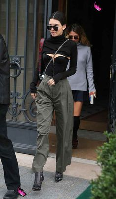 ...but her latest getup has us scratching our heads a bit. amo o estilo da Kendall 🤩👌🏻💫<br> This new shirt trend makes zero sense. OR DOES IT??? Kendall Jenner Outfits, Kendall Jenner Mode, Kendall Jenner Adidas, Kylie Jenner, Kardashian Kollection, Khloe Kardashian, Mode Outfits, Fashion Outfits, Fashion Trends
