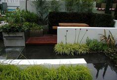 petite cour design avec étendue d'eau