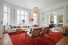 décoration scandinave, un grand tapis rouge et une suspension boule blanche en papier