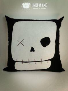 almofada caveira / skull cushion | 45 x 45 cm | Thanks for repinning. All rights reserved. Please, don't copy. Order or inspire yourself. Enhance creativity. | Obrigada por repinar. Todos os direitos reservados. Por favor, não copie. Encomende ou inspire-se. Valorize a criatividade. | http://underland.com.br