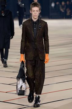See the complete Dior Homme Fall 2017 Menswear collection.