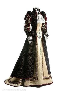 1890. Can you imagine wearing this ALL DAY?? Must weigh a ton!! But SO beautiful !!