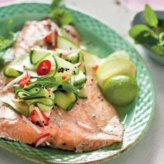 Baked salmon with mint and cucumber salad Banting Recipes, Low Carb Recipes, Healthy Recipes, Healthy Food, Easy Weekday Meals, Seafood Recipes, Seafood Meals, Baked Salmon, Cucumber Salad