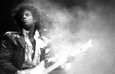 Prince, l'artiste pop et funk légendaire, est décédé jeudi 21 avril. Personnage inclassable, androgyne, il a marqué son époque par sa musique, mais également par un sens du style unique. Hommage.