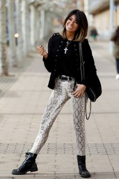 Awesome Tips on Trendy Style in 2020 with Animal Print Trendy Fashion, Fashion Outfits, Trendy Style, Printed Pants Outfits, Snake Print Pants, Street Style Women, Casual Chic, Autumn Winter Fashion, Fashion Prints