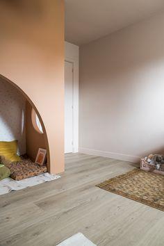 Floorify staat voor PVC-planken met de warme en natuurlijke uitstraling van parket, Deze hoogwaardige kwalitatieve vloeren uit België bieden bovendien ultiem gebruikersgemak en zijn daardoor geschikt voor elke (woon)ruimte. De vloeren zijn gemaakt van sterk materiaal, waterdicht en hebben een prachtige uitstraling. De Floorify vloeren zijn te verkrijgen in diverse kleuren en daarmee geschikt voor iedere stijl.  ©Jonah Samyn Playroom, Kids Room, Construction, Champagne, Flooring, Mirror, Interior Design, Furniture, Home Decor