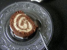 Gâteau roulé ou bûche au chocolat, crème légère saveur pain d'épices