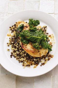 Kosten Sie dieses exotische Hähnchengericht, das seinesgleichen sucht: Hähnchen mit Grünkohl und Freekeh-Linsen-Pilaw!