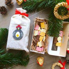 """Ну а мы во всю готовимся к Новому году!  И вот очередная новинка - набор """"Счастливый билет"""": травяной чай медли декорированный в ленной мешочек; набор счастливых билетиков из высококачественного бельгийского шоколада; магнит с символом 2017 года; крафтовая коробочка, бумажный наполнитель, новогодний декор. Подарите кусочек счастья!  1100 руб. Доставка по всей России. Специальные условия доставки в Санкт-Петербурге и Москве. ✈️ #gifts #handmade #gift #matreshkabox #подар..."""