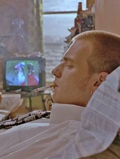 Trainspotting 1996 Ewan McGregor as Mark Renton Trainspotting Renton, Trainspotting Ewan Mcgregor, Trainspotting Quotes, Movie Photo, Movie Tv, Film Serie, Actors, Film Stills, Series Movies