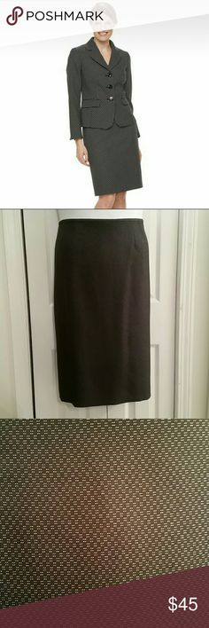 Le Suit Skirt Gray with tiny square dot pattern skirt from Le Suit Size 16 25 & 1/2 inches long  Waist 19 inches across lying flat Le Suit Skirts Pencil