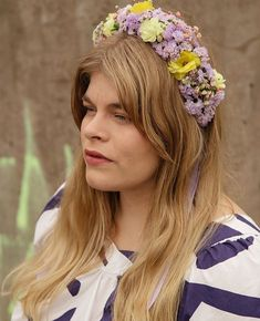 Enni wearing a crown with limonium, butterfly ranunculus, dianthus and gypsophila. Gypsophila, Ranunculus, Butterfly, Flower Crowns, Photos, Studio, Instagram, Flowers, How To Wear