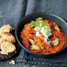 Partyfood für alle! Und zwar auch für die Vegetarier unten den Gästen. Bei den feurig gewürzten Linsen wird sicher niemand das Fleisch vermissen.