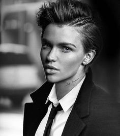 Ruby rose, the androgynous Queen Orange Is The New Black, Maybelline, Rubin Rose, Pretty People, Beautiful People, Color Del Pelo, Androgynous Women, Androgynous Makeup, Rose Hair