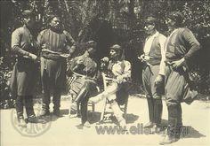Εορτασμοί της 4ης Αυγούστου: άνδρες με παραδοσιακές ενδυμασίες της Κρήτης.1937.