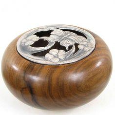 http://www.alittlemarket.com/accessoires-de-maison/fr_pot_pourri_couvercle_papillon_en_bronze_pot_en_bois_de_pays_nature_du_bois_de_pays_noyer-7637361.html