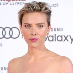 ScarJo pairs light, feminine makeup with a pink lip to balance her rocker pixie cut: