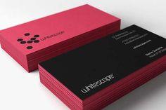 Tarjeta de presentacion en una hoja de carton de color guinda y negro