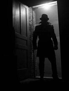 I think that he looks more like a superhero (The Shadow) - or as a killer coming to the site of their next victim? ... - Eu acho que ele parece mais como um super-herói (O Sombra) - ou como um matador chegando ao local de sua próxima vítima?...