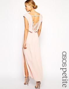 Exclusivité ASOS PETITE - Maxi robe en dentelle effet cache-cœur sur le devant