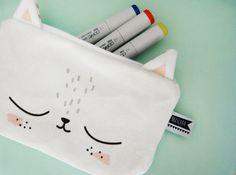 Süßes Stiftemäppchen in Katzenform. Hütet nicht nur Stifte :) Das Design stammt von Mascha Wolfram und wurde in Deutschland gedruckt und vernäht. Maße: ca. 20cm x 12cm 100% Baumwolle Farbe...
